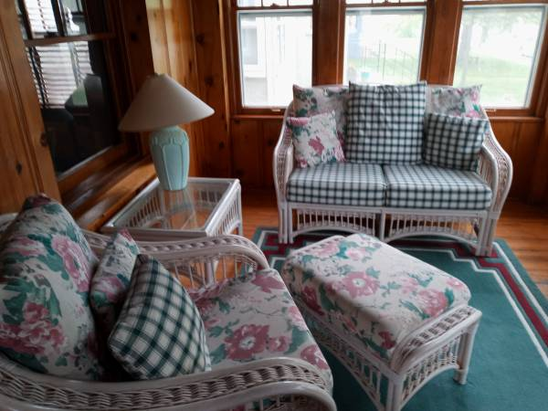 Photo sunroom furniture with table,l and rug - $100 (Hibbing)