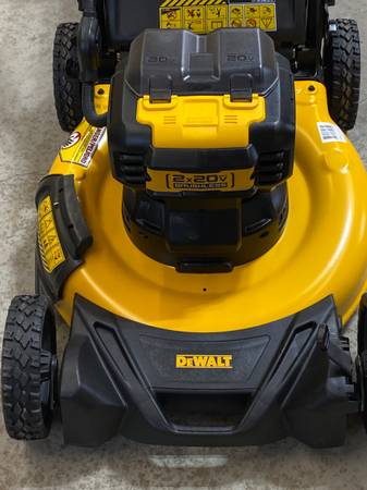 Photo DEWALT 21.5 INCH 20V MAX CORDLESS WALK BEHIND LAWNMOWER - $250 (Erie)