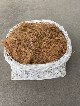 Photo White wicker basket - $5 (NE fort collins)