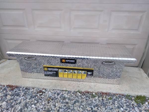 Photo Aluminum diamond plate truck tool box - $180 (hurlock)