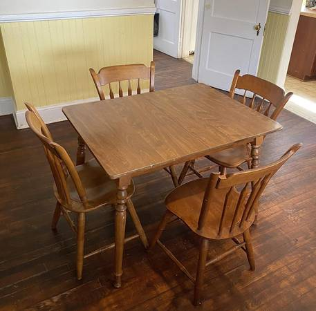 Photo Kitchen Table with 4 Matching Chairs - $175 (Salisbury)