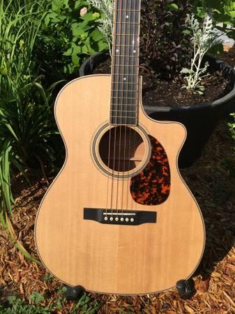 Photo Larrivee Acoustic Guitar - $900 (Preston)