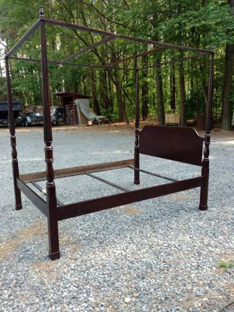 Photo Solid Wood 4 Post Bed Frame Queen - $175 (Easton)