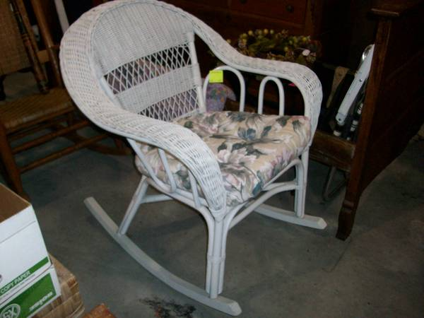 Photo Awesome White Wicker Rocking Chair wCushion - $65 (4691 Reedy Branch Rd)