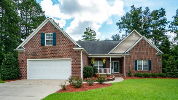 Photo Beautiful Brick Home w Lots of Curb Appeal Located In River Bend