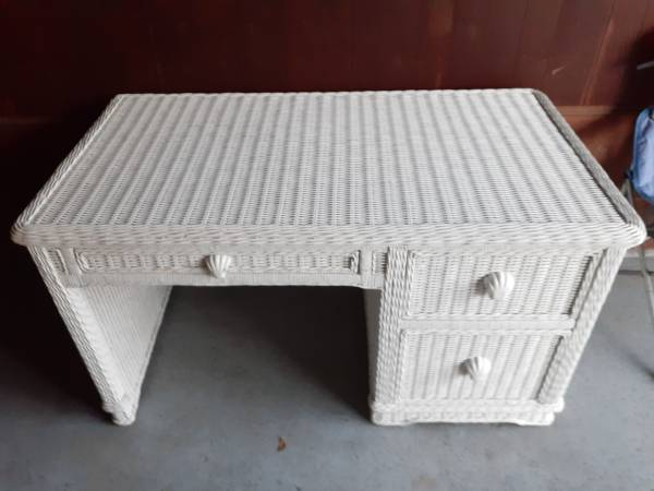Photo Beautiful White Wicker Desk - $150 (Greenville)