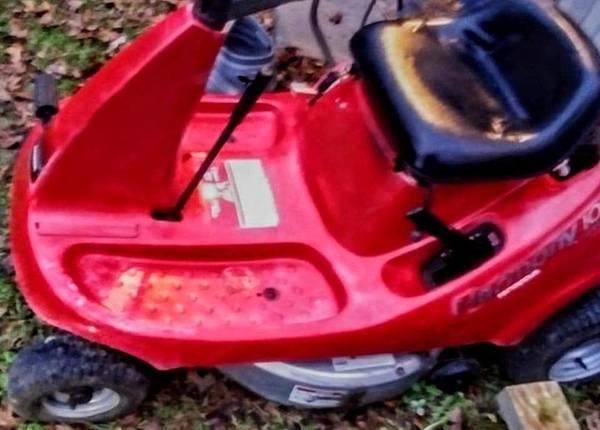 Photo Honda harmony riding lawnmower - $360 (Hertford)