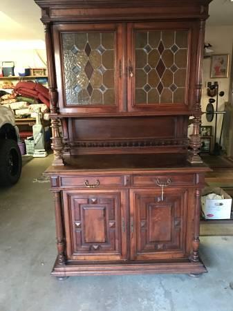 Photo MahoganyOak Buffet w Stain Glass Doors 180039s - $399 (NewBernHavelock)