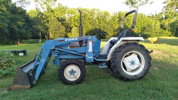 Photo 1720 model new holland farm tractor with loader - $12,000 (Winfield Texas)