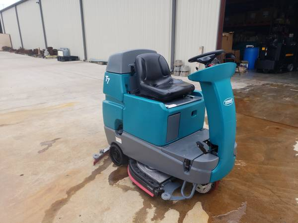 Photo Tennant T7 32quot Ride On Floor Scrubber with Batteries and Charger - $3,500 (Terrell, TX.)