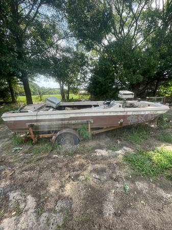 Photo salvage boat for sell with trailer(trailer is in good condition) - $100 (Tyler)