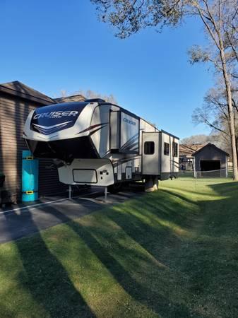 Photo 2018 Crossroads Cruiser 5th wheel Bunkhouse LIKE NEW CONDITION - $28,500 (Chlin)