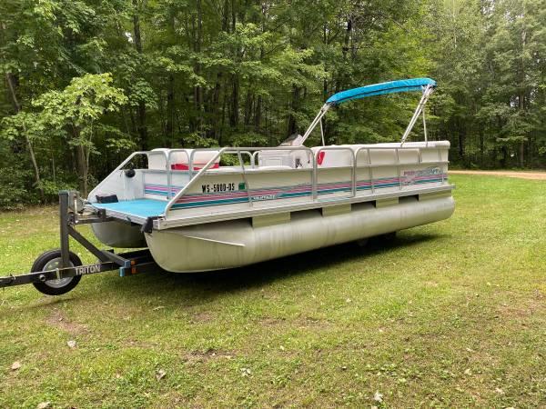 Photo 20Ft Pontoon Boat and 40 HP Mercury Motor With Trailer - $6,500 (Mosinee)