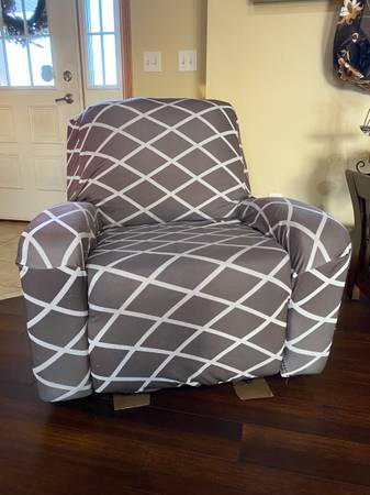 Photo FREE Ashley Furniture recliner (New Richmond)