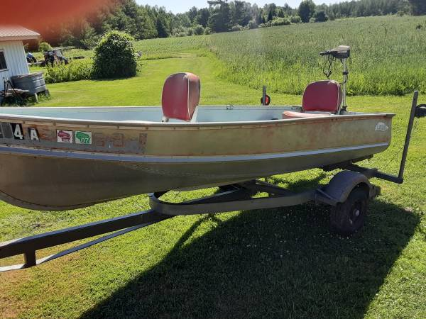Photo For sale 12 foot lund boAT and trailer and small trolling motor (Thorp)