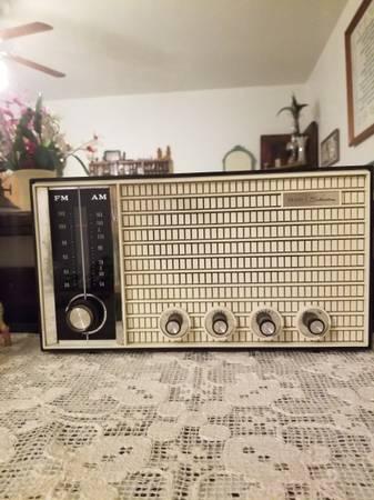 Photo OLD SEARS SILVERTONE RADIO. - $75 (Eau Claire)
