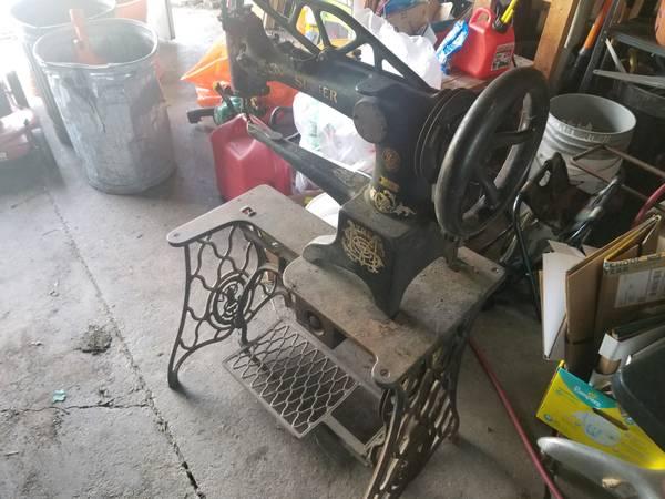 Photo Singer Sewing Machine 29-4 - $500