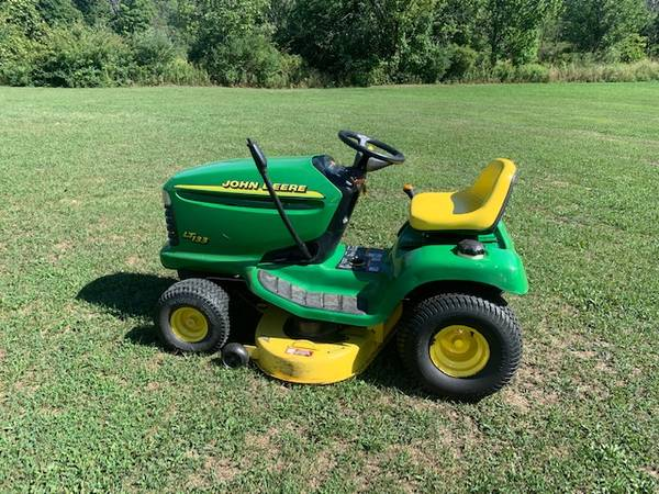 Photo John Deere LT133 Lawn Mower - $575 (Mansfield)