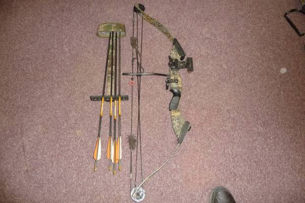 Photo PSE DEERHUNTER YOUTH BOW WITH EXTRAS - $125 (CAMERON MILLS NY)