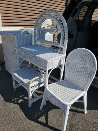 Photo White wicker bedroom set - $450 (horseheads)