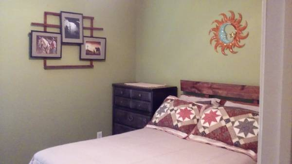 Photo Fully furnished room for rent (Joe Battle and Vista Del Sol area)