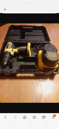 Photo Dewalt 18 volt drill with charger an battery 80 firm - $80 (ERIE)