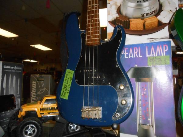 Photo Fender Squier P- 4 Strings Bass Guitars - $275 (NIAGARA FALLS)