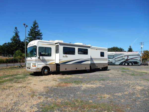 Photo 2001 Fleetwood Bounder 33R W2 Slideouts - $24,950 (Eugene)