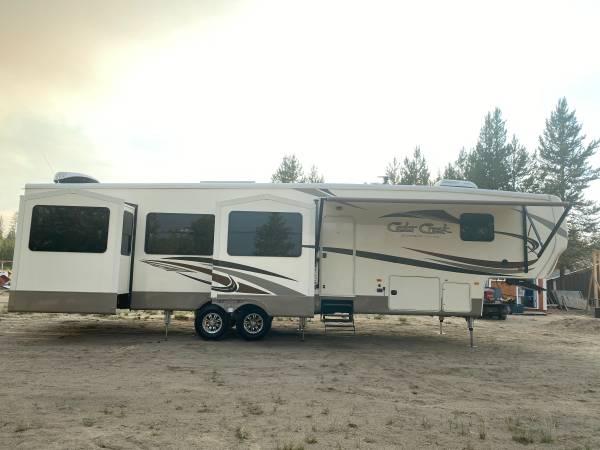 Photo 2017 Cedar Creek Silverback 4239 Rear Living Room 5th Wheel - 5 Slides - $48,500 (La Pine Oregon --- FREE DELIVERY ---)