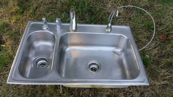 Photo STAINLESS STEEL DOUBLE SINK W 2 FAUCETS  SPRAYER - $99 (EUGENE)