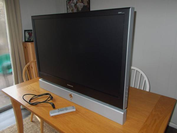 Photo Samsung 42quot Inch TV Television HDTV LIKE NEW - $50 (Pleasant Hill, Oregon)