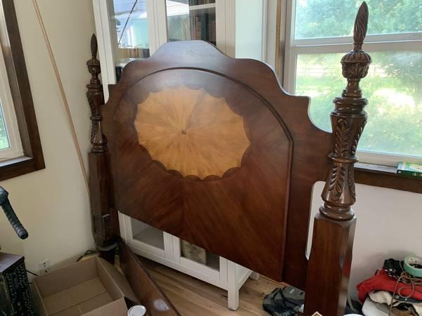 Photo wood queen 4-post bed (Junction City)