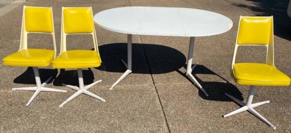 Photo Vintage White  Yellow Steel and Plastic Kitchen Table  3 Chairs - $100 (Evansville)
