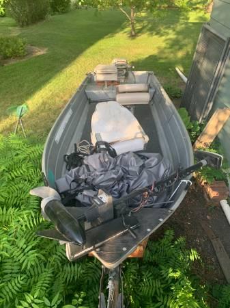 Photo 14 foot fishing boat with Johnson motor - $900 (Fargo)