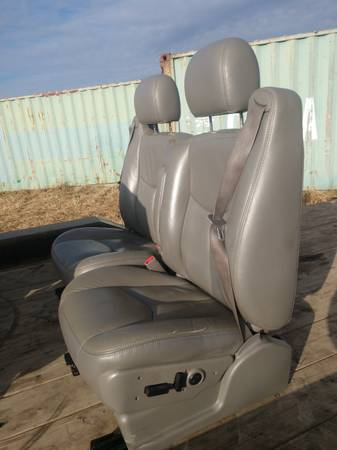 Photo 2003 CHEVY TAHOE FRONT LIGHT GRAY LEATHER SEATS NICE - $400 (30 MILES EAST OF FARGO)