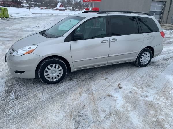 Photo 2007 Toyota van - $4995 (Fergus Falls)