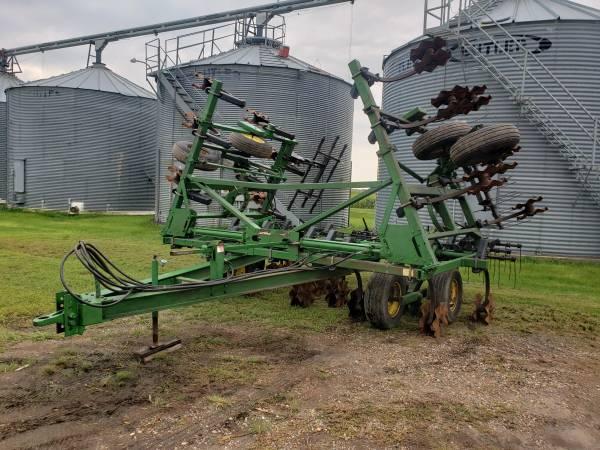 Photo John Deere 610 chisel plow Vertical till - $12,000 (Wahpeton)