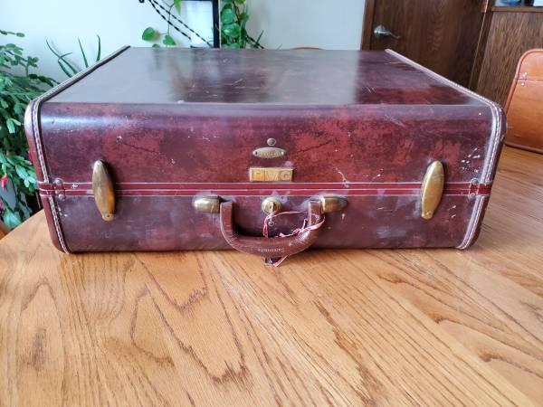Photo Samsonite brown 21quot vintage luggage with keys - $15 (Fargo)