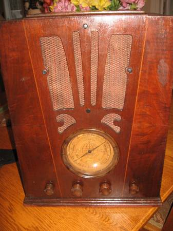 Photo Sears Silvertone antique tombstone radio - $150 (Village of Lansing)