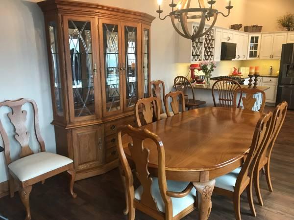 Photo Thomasville Solid Oak Dining Room Suite - $1,650 (Watkins Glen NY)
