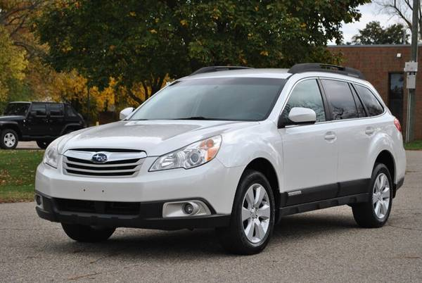 Photo 2011 SUBARU OUTBACK 2.5i LIMITED AWD LEATHER HEATED SEATS - $10,995