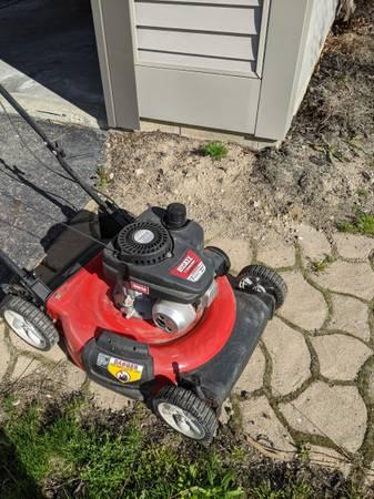 Photo 21quot Huskee walk behind push mower - $100 (Fenton)