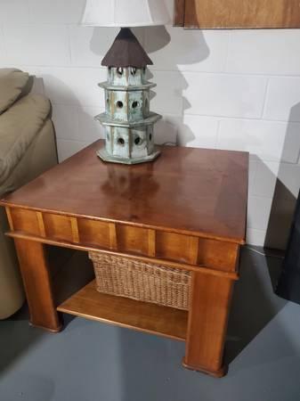Photo Coffee table-Pier 1 - $80 (Flint)