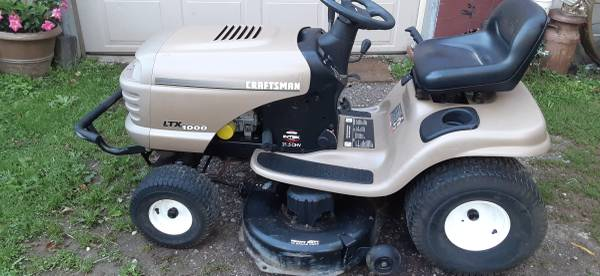 Photo Craftsman tractor - $450 (davison)