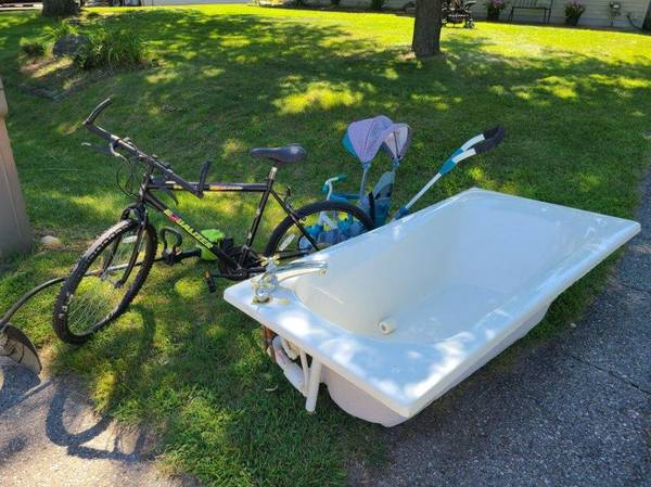 Photo Curb alert  Whirlpool tub and bike (Oneta St)