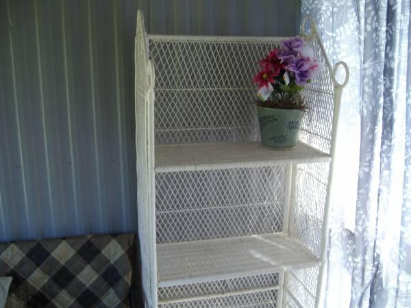 Photo White Wicker 3 tier shelf - $5 (SUMMERTON)