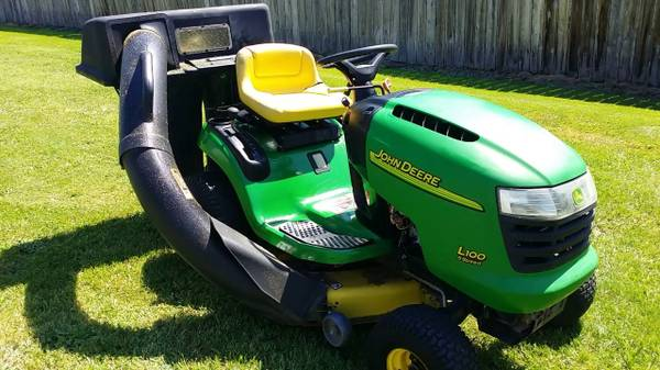 Photo John Deere L100 Riding Mower w Bagger attchment - $1,100 (Greeley)