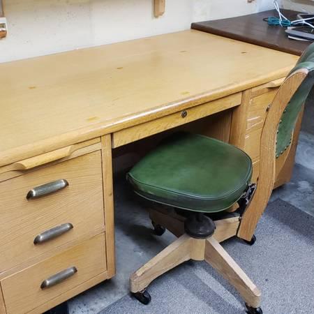 Photo Solid Oak Mid Century Oak Desk w leather chair - $100 (Fort Collins)