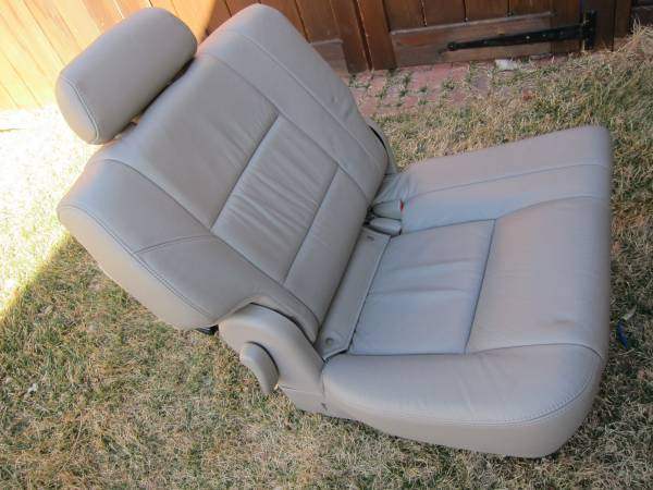 Photo Toyota Sequoia Seat-3rd row passenger side 2003-2007 - $150 (FORT COLLINS)