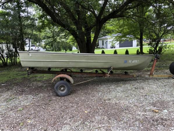 Photo 1439 Aluminum boat (Semi V-bottom) and trailer (needs work) - $300 (Ankeny)